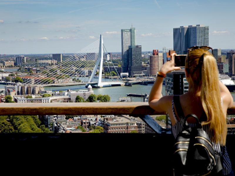 Vrouw maakt foto van het uitzicht vanaf de Euromast.