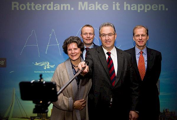 Burgemeester Ahmed Aboutaleb maakt een selfie met Pauline van der Meer Mohr, Ron Voskuilen en Allard Castelein voor de nieuwe slogan van Rotterdam: Make it happen.
