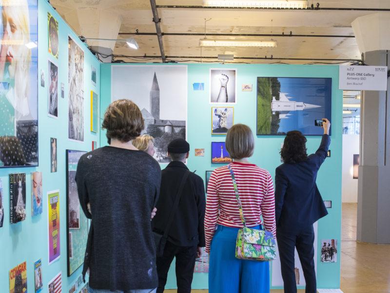 Bezoekers bekijken kunst tijdens Art Rotterdam Week.