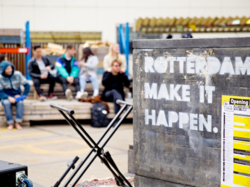 De pay-off Rotterdam Make It Happen is zichtbaar op het buitenterrein van de Kroon Rotterdam.
