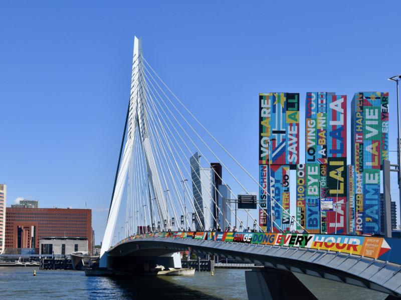 SING ALONG: Erasmusbrug en de Rotterdam in de Eurovisie Songfestival Citydressing.