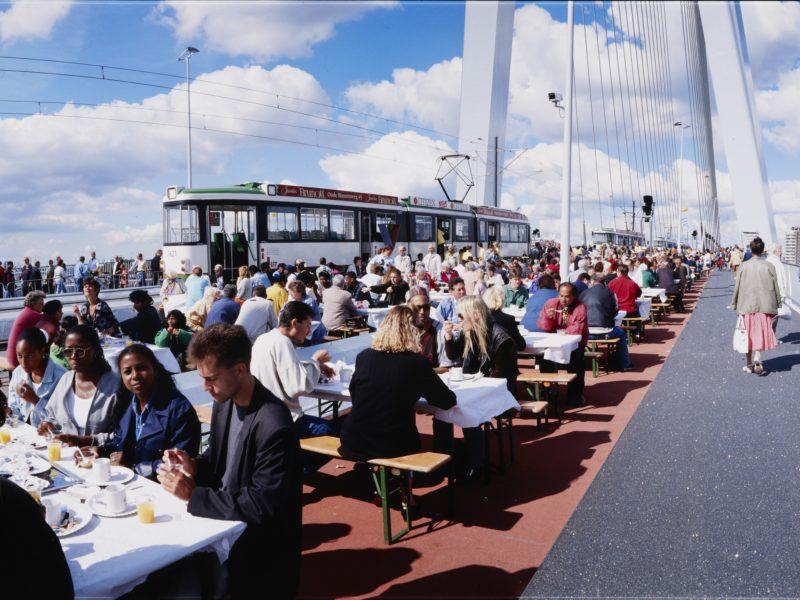 1996 - brunch op de Erasmusbrug (© Stadsarchief, Ontwikkelingsbedrijf Rotterdam)