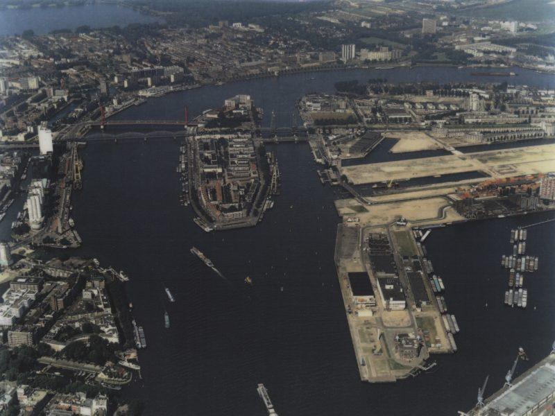 Rotterdam in 1995, net voor de aanbouw van de Erasmusbrug (©Aeroview - Dick Sellenraad).