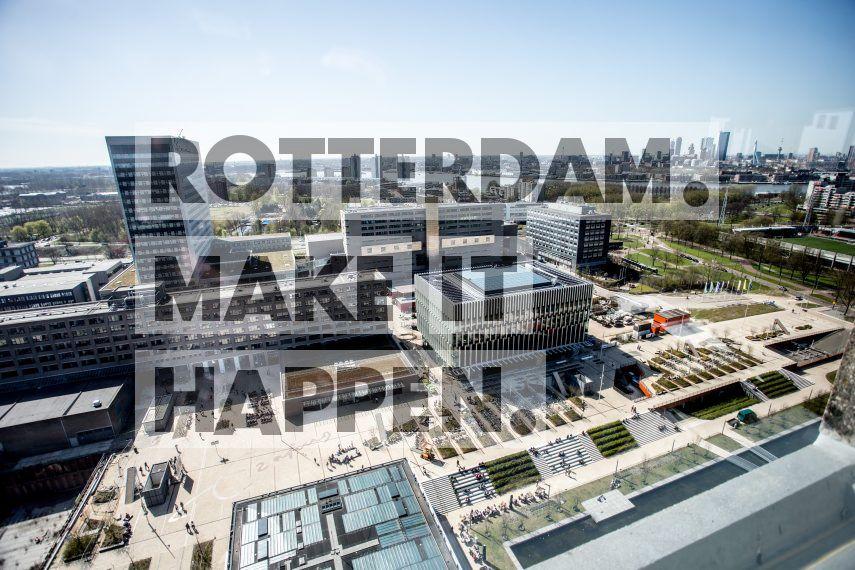 Erasmus Universiteit Rotterdam campus, met een deel van de Rotterdamse skyline op de achtergrond.
