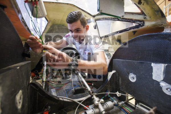 Student sleutelt aan innovatief voertuig bij RDM Rotterdam.