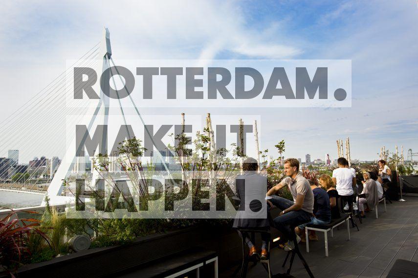 Het terras van het Nhow Hotel, gevestigd in De Rotterdam ontworpen door Rem Koolhaas, OMA.