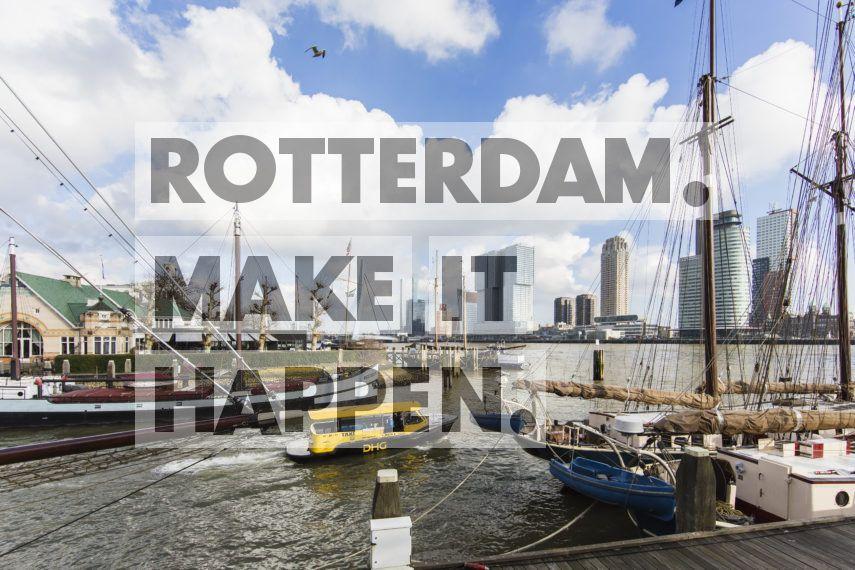 Een watertaxi verlaat de Veerhaven.
