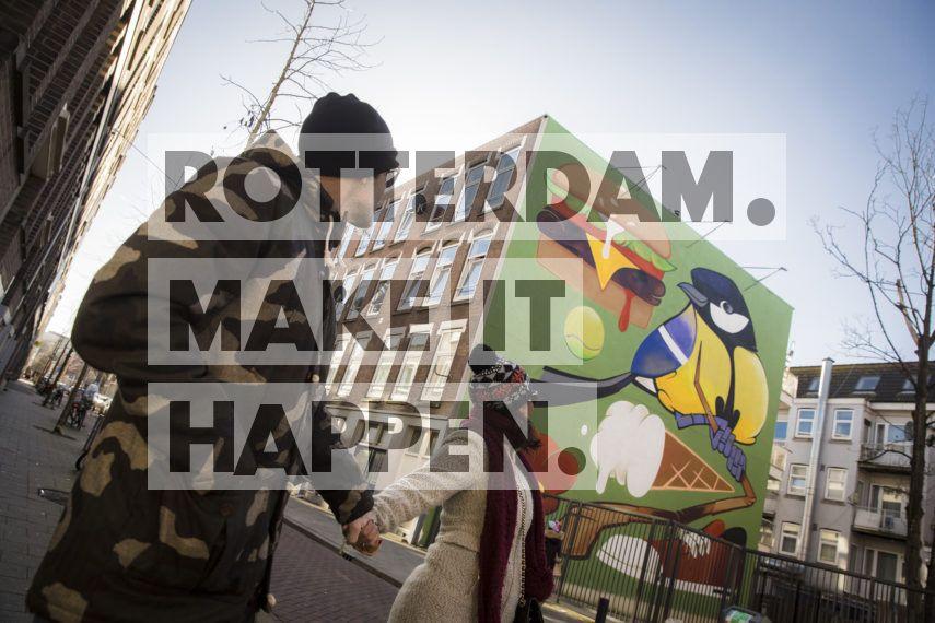 Stel loopt langs het kunstwerk van artist Ready2Rumbl.  Locatie: Van Speykstraat.