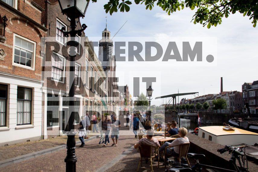 Delfshaven: Mensen zitten op het terras in de historische Delfshaven.