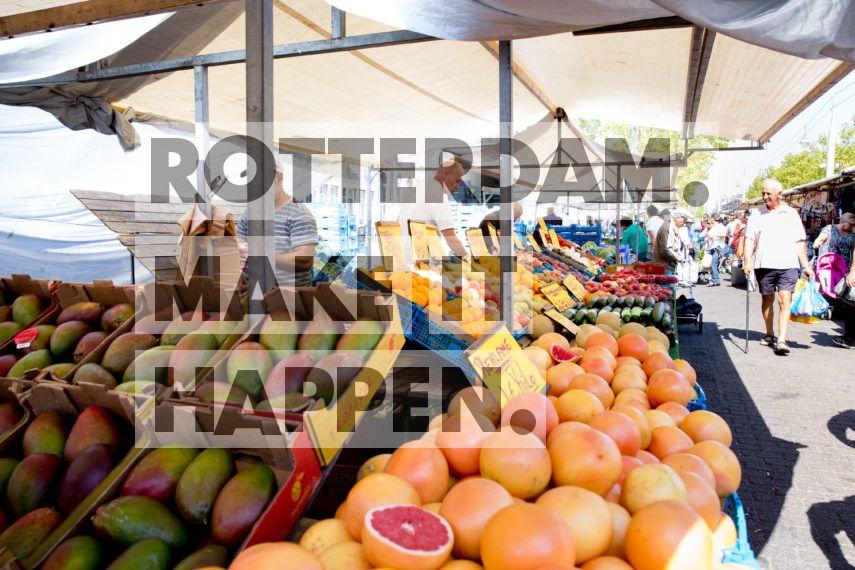 Feyenoord; Een fruitkraam op het Afrikaanderplein in de Afrikaanderwijk.