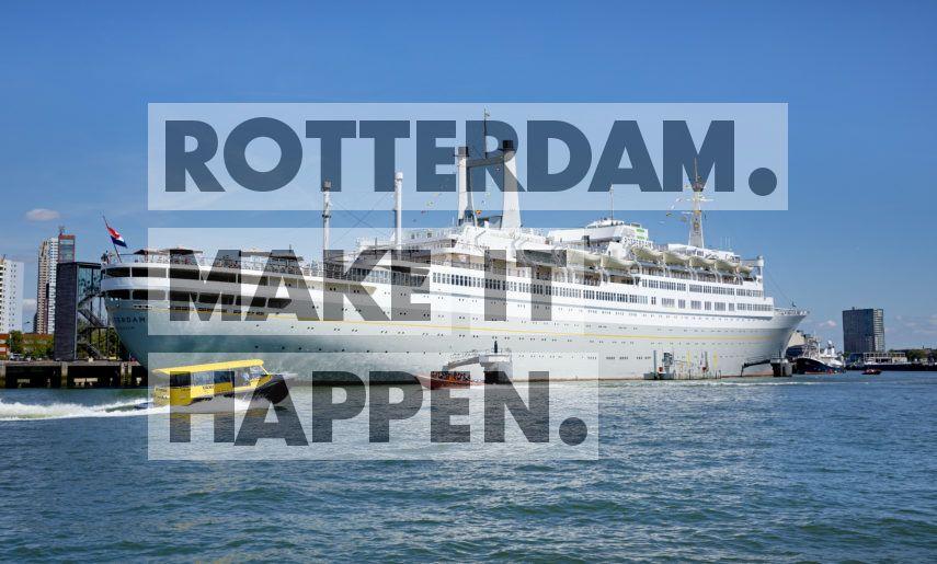 De watertaxi vaart voorbij het ss Rotterdam.