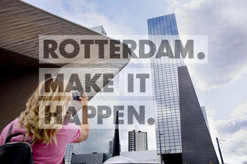 Toerist fotografeert de Delftse Poort.
