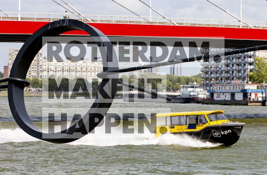 Watertaxi vaart onder de Willemsbrug door.