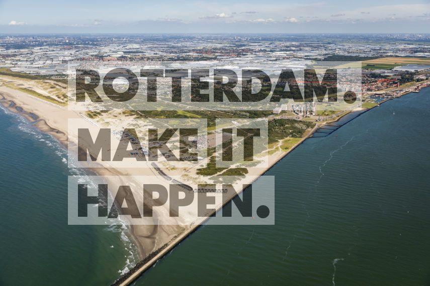 Hoek van Holland: Het strand van Hoek van Holland gezien vanuit de lucht.