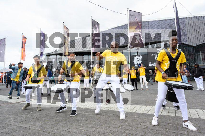 Charlois: De SKVR Brassbandschool bij de ingang van Rotterdam Ahoy bij de opening van het NN North Sea Jazz Festival.