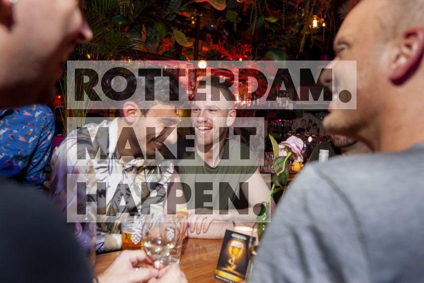 Lachende mensen bij Ferry Rotterdam.