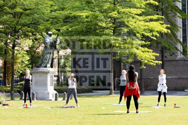 Mensen sporten in het Grotekerkplein Park.