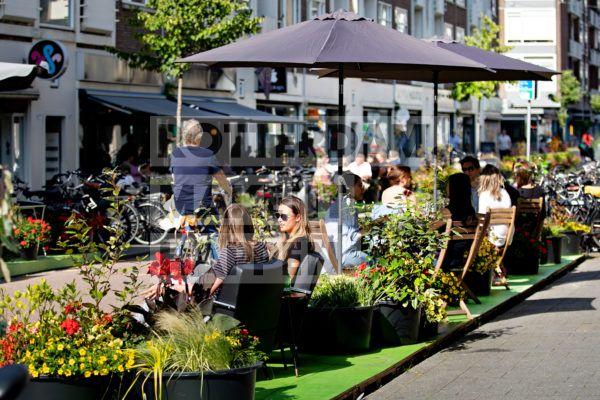 Mensen op het terras in de Hoogstraat.