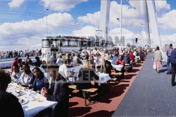 The Erasmus Bridge was to connect those who lived on the opposite banks in both a literal and figurative sense. To symbolise this thought, a brunch was served from trams to five thousand residents of Rotterdam from both North and South. The tickets for this brunch, which actually took place on the Erasmus Bridge, were sold out within a quarter of an hour. The opening festivities were combined with those of World Port Days, the annual event which allows the public to get to know the Port of Rotterdam.