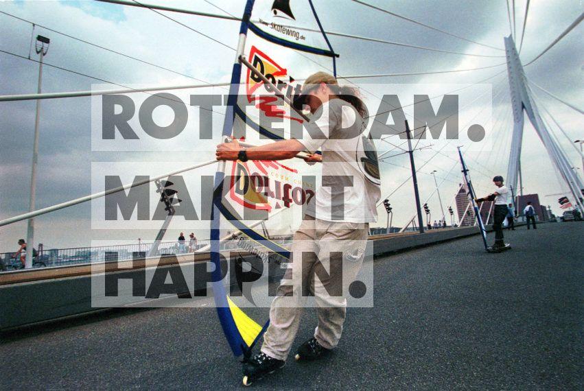 Skate-surfen op de Erasmusbrug! Samen met enkele andere gemeenten experimenteerde Rotterdam vandaag met een autovrije zaterdag. De Coolsingel, de Erasmusbrug en de Boompjes werden afgesloten voor verkeer om de mensen kennis te laten maken met een autovrij centrum en hen te verleiden tot andersoortige vervoersmiddelen. Niet alleen rollerskaters maakten vandaag gretig gebruik van het asfalt, ook ander wielertuig profiteerden mee!