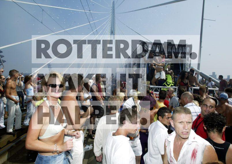 40 trucks, gevolgd door 75 duizend uitzinnig dansende festivalbezoekers: zij markeerden in de zomer van 1997 de geboorte van een traditie die Rotterdam de titel dancehoofdstad van Europa zou bezorgen. De Dance Parade groeide binnen enkele edities uit tot het grootste dance-event van de Benelux. Op het hoogtepunt vonden 400 duizend bezoekers hun weg naar de Blaak, Coolsingel en de Erasmusbrug.