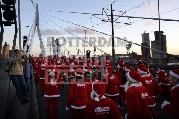 The annual Santa Run was already a well-known phenomenon in cities such as Sydney, Milan, London, Antwerp and Las Vegas, but on the 19th of December 2008, Qmusic brought the event to our port city when a total of 3,000 participants ran across the Erasmus Bridge. The men's competition was won by Gijs Peters, and top athlete Daphne Panhuijsen came first among the ladies.