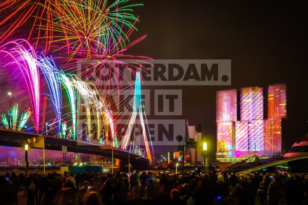 For nearly fifteen years now, Rotterdam has been organising the annual national firework show. On New Year's Eve, at precisely midnight, a marvellous spectacle unfolds against the skies above Rotterdam. People from all around travel to Rotterdam and find themselves a place on the Boompjes, Willemskade or Wilhelminapier. A total of no fewer than 70,000 visitors is the highest number registered.