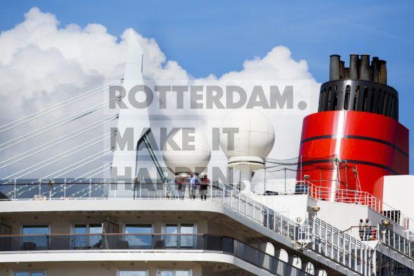 Het Britse cruiseschip Queen Elizabeth arriveert in Rotterdam. Met 997 man personeel en ruimte voor maar liefst 2092 passagiers is het schip het op één na grootste dat ooit is gebouwd door de Brits-Amerikaanse rederij Cunard. Vanuit Rotterdam gaat het schip deze zomer vier keer een cruise maken. Kort na het maken van deze foto, vertrok het schip voor de eerste cruise naar de Britse eilanden. Aan de Wilhelminakade meren inmiddels wekelijks cruiseschepen aan, hun komst aangekondigd door een luide, vrolijke scheepshoorn. Vele schepen maken hun doopvaart naar onze havenstad. In het cruiseseizoen van 2019 legde meer dan honderd schepen in Rotterdam aan.