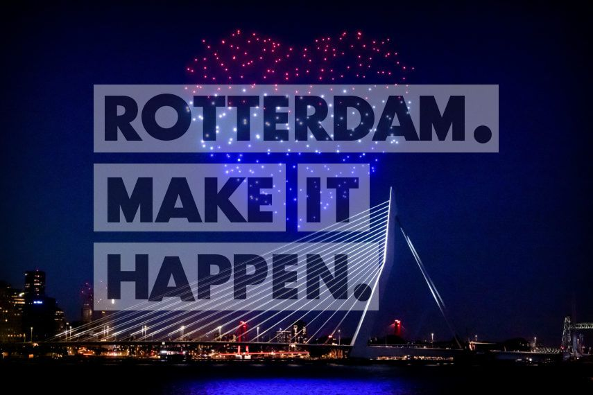 On the 5th of May 2020, 300 lighted drones representing a flock of starlings flew over Rotterdam. An aerial ballet. Studio DRIFT and Mothership aimed to raise the spirits of Rotterdam residents by means of this symbol of freedom and hope. Residents could watch the scene using a live stream on TV and online, and in this way, could still enjoy and experience Liberation Day together.