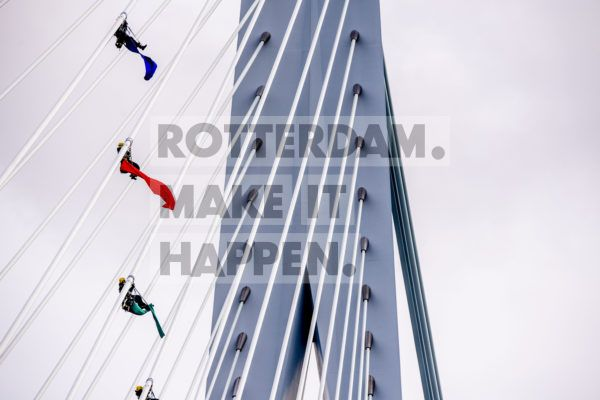 Four Greenpeace climate activists attempt to reach the top of the Erasmus Bridge. The climbers are asking Prime Minister Mark Rutte to commit himself to climate action by means of this peaceful protest. This week, European government leaders are meeting together to discuss climate legislation. EU countries have already agreed that CO2 emissions must have been reduced by 40% by 2030.