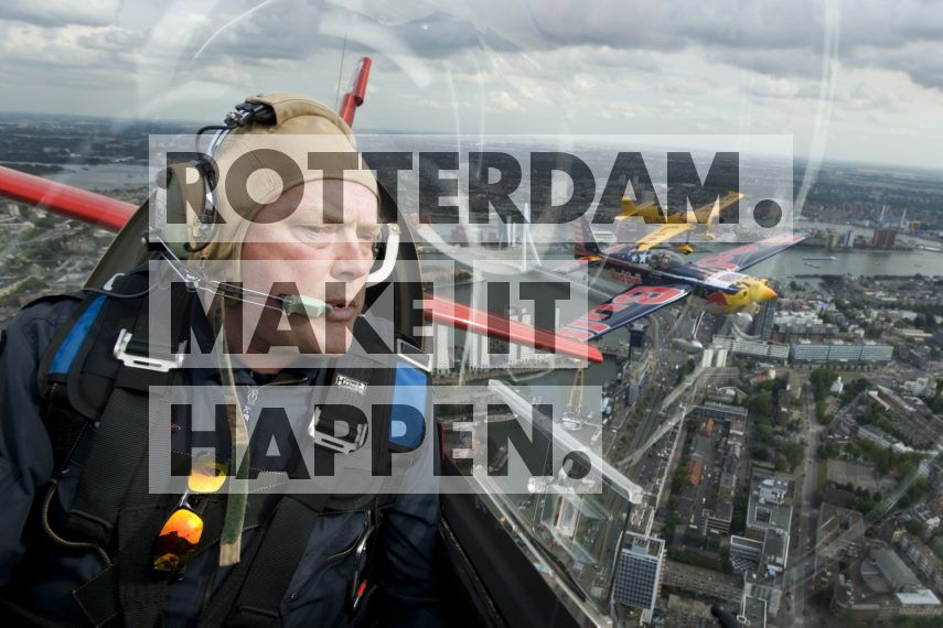Het Red Bull Air Race World Championship werd maar liefst twee keer in Rotterdam gehouden: in 2005 en 2008. Tijdens de internationale luchtrace moeten de piloten hun toestel zo snel mogelijk door een bepaald parcours sturen. Het Rotterdamse parcours was uitgezet met opblaasbare pylonen van ongeveer 12 meter hoog. Met duizelingwekkende snelheden, en onder het oog van duizenden toeschouwers, vlogen de stuntpiloten om de meest tricky tracks boven de Maas bij de Erasmusbrug. (www.frankversteegh.nl)